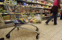<p>La consommation des ménages français en biens a reculé de 2,9% en mars effaçant le rebond équivalent enregistré le mois précédent (+3,0% en première estimation), selon l'Insee. Sur l'ensemble du premier trimestre, la progression des dépenses des ménages en biens de consommation progresse de 0,2%. /Photo d'archives/REUTERS/Eric Gaillard</p>