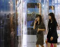 <p>Samsung Electronics a enregistré un bénéfice trimestriel record de 5,2 milliards de dollars (3,9 milliards d'euros) en écoulant plus de 20.000 smartphones Galaxy par heure au premier trimestre, faisant mieux qu'Apple et son iPhone. /Photo prise le 27 avril 2012/REUTERS/Kim Hong-Ji</p>