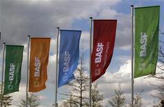 <p>BASF a annoncé vendredi des résultats du premier trimestre meilleurs que prévu, à la faveur de la bonne tenue de sa division pétrole et gaz qui a compensé la faiblesse des ventes de sa branche chimie et plastiques. /Photo prise le 20 avril 2012/REUTERS/Ina Fassbender</p>