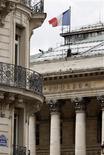 <p>Les Bourses européennes effacent leurs pertes initiales vendredi après une heure de transactions, soutenues par les valeurs du secteur de la construction, Vinci ayant relevé son objectif de chiffre d'affaires 2012 après une activité solide au premier trimestre. /Photo d'archives/REUTERS/Charles Platiau</p>