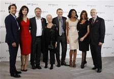 """<p>El elenco de la última entrega cinematográfica de James Bond, """"Skyfall"""", durante un evento publicitario en Londres, nov 3 2011. El director ganador de un Oscar Sam Mendes dijo que no habría hecho la última entrega de James Bond, """"Skyfall"""", si Daniel Craig no hubiera interpretado al agente del MI6 dada la complejidad que el actor británico ha aportado al personaje. REUTERS/Luke MacGregor</p>"""