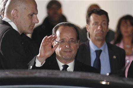 Francois Hollande, Socialist party candidate for the 2012 French presidential elections, waves as he departs after a televised debate at studios in La Plaine Saint-Denis, near Paris, May 2, 2012. REUTERS/Gonzalo Fuentes