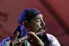 <p>Imagen de archivo del flautista, multinstrumentista, fundador y rostro del grupo de rock británico Jethro Tull, Ian Anderson, durante un convierto de la banda en Marsamxett, Malta, ago 1 2004. Una charla con Ian Anderson - flautista, multinstrumentista, fundador y rostro del grupo de rock británico Jethro Tull - no va siempre como se podría prever. REUTERS/Darrin Zammit Lupi</p>
