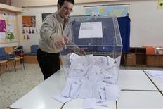 <p>Dépouillement dans un bureau de vote d'Athènes. Analystes et gérants estiment que le risque d'instabilité politique en Grèce à l'issue des élections législatives pourrait pénaliser les marchés financiers européens, le vote grec reléguant au second plan la victoire attendue du socialiste François Hollande à la présidentielle en France. /Photo prise le 6 mai 2012/REUTERS/Yorgos Karahalis</p>