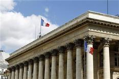 <p>Les Bourses européennes, qui avaient chuté vendredi après l'annonce de mauvais chiffres de l'emploi aux Etats-Unis en avril, poursuivent leur dégringolade lundi sur fond de retour en force des craintes entourant la zone euro au lendemain d'élections grecques qui n'ont dégagé aucune majorité de gouvernement. A 9h06, l'indice CAC 40 perd 1,5%, la Bourse de Francfort recule de 2,2%, celle de Milan abandonne 1,84% et celle de Madrid cède 1,72%, celle de Londres étant fermée ce lundi. /Photo d'archives/REUTERS</p>