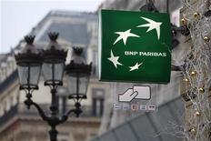 <p>BNP Paribas va accorder à ses collaborateurs près de 490 millions d'euros de bonus au titre de l'exercice 2011. Quelque 3.479 collaborateurs de la BNP se partageront ainsi une enveloppe de 488,67 millions d'euros, soit une moyenne de 140.465 euros par bénéficiaire. L'an dernier, la banque avait accordé une enveloppe d'un milliard d'euros de bonus, soit un montant environ deux fois plus élevé. /Photo d'archives/REUTERS/Charles Platiau</p>