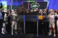 """<p>Lancement en décembre 2011 du jeu """"Star Wars: The Old Republic"""" par Electronic Arts. L'éditeur a fait état d'une chute de son bénéfice ajusté au quatrième trimestre et annoncé avoir perdu 400.000 abonnés à la licence du jeu, remettant en question sa stratégie. /Photo prise le 20 dcembre 2011/REUTERS/Mike Segar</p>"""