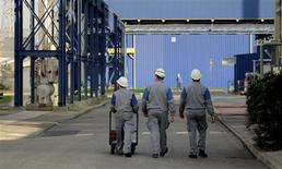 """<p>L'emploi salarié des secteurs marchands non agricoles affiche une légère progression en France au premier trimestre par rapport aux trois mois précédents avec un solde positif de 10.200 postes créés, selon l'estimation """"flash"""" de l'Insee et la Dares. /Photo d'archives/REUTERS</p>"""
