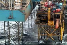 <p>Total a commencé mardi à injecter des boues dans le puits d'Elgin, en mer du Nord, pour tenter de colmater une fuite de gaz ininterrompue depuis plus d'un mois et demi. /Photo d'archives/REUTERS/Total E&P</p>