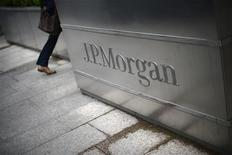 <p>JPMorgan, à suivre sur les marchés américains. La pression s'accroît sur le PDG de la banque Jamie Dimon qui pourrait être appelé mardi par les actionnaires à renoncer à la présidence, après la perte d'au moins deux milliards de dollars accusée par celle-ci à la suite d'une stratégie de couverture hasardeuse. /Photo prise le 11 mai 2012/REUTERS/Dylan Martinez</p>