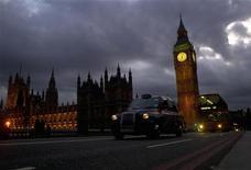 <p>Le nombre de personnes sans emploi au Royaume-Uni a reculé sur les trois premiers mois de l'année à son rythme le plus marqué en près d'un an. /Photo prise le 10 mars 2012/REUTERS/Kieran Doherty</p>
