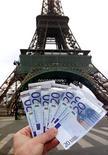 <p>La France a émis mercredi près de huit milliards d'euros de dette à moyen terme à un coût inférieur à celui du mois d'avril lors de la première adjudication de titres d'une durée de deux à cinq ans depuis l'élection de François Hollande. /Photo d'archives/REUTERS/Charles Platiau</p>