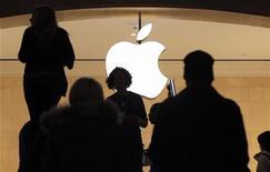 <p>Apple va offrir un plus grand écran pour sa nouvelle génération d'iPhone et a déjà passé des commandes dans ce sens auprès de fabricants sud-coréens et japonais, a-t-on appris mercredi auprès de sources au fait du dossier. /Photo prise le 25 janvier 2012/REUTERS/Brendan McDermid</p>