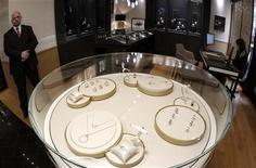<p>L'action Richemont bondissait de plus de 8% mercredi en Bourse, le numéro deux mondial du luxe derrière LVMH ayant enregistré une hausse de 43% de son bénéfice annuel et prédit une croissance portée par une forte demande venue d'Asie. Le portefeuille de marques de Richemont inclut les maisons de joaillerie Cartier, Van Cleef & Arpels et Piaget. /Photo prise le 5 décembre 2011/REUTERS/Arnd Wiegmann</p>