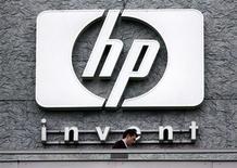 <p>Foto de archivo del logo de la firma Hewlett Packard en Issy le Moulineaux, Francia, sep 16 2005. Hewlett Packard, el mayor fabricante de computadoras personales del mundo, anunció el miércoles que recortará unos 27.000 empleados para impulsar su crecimiento, lo que hizo saltar hasta un 11 por ciento sus acciones tras el cierre del mercado. REUTERS/Charles Platiau/Files</p>