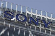 <p>Foto de archivo del edificio corporativo de la firma Sony en Tokio, abr 12 2012. Sony dijo el jueves que va a disolver su asociación con Sharp para fabricar y distribuir grandes pantallas y módulos de cristal líquido y vender su participación restante del 7,04 por ciento a Sharp Display Products. REUTERS/Yuriko Nakao</p>