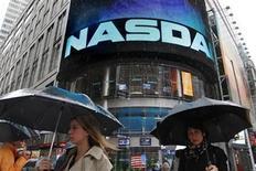 """<p>Foto de archivo de un grupo de personas frente al sitio del mercado Nasdaq en Nueva York, mayo 21 2012. Las repercusiones de la problemática oferta pública inicial de Facebook se agravaban el jueves, luego de que Fidelity Investments detectó que """"miles"""" de sus clientes sufrieron problemas con órdenes al mercado y que Knight Capital demandó compensaciones al Nasdaq por pérdidas en transacciones. REUTERS/Brendan McDermid</p>"""