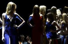 <p>La maison italienne de haute couture Versace est à la recherche d'investisseurs et pourrait envisager une introduction en Bourse pour financer sa croissance et être plus compétitive dans l'industrie mondiale du luxe, selon l'administrateur délégué Gian Giacomo Ferraris. /Photo d'archives/REUTERS/Alessandro Garofalo</p>