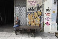 <p>Un atelier à Athènes. Selon des sources informées des préparatifs, les banques françaises, qui font partie des établissements bancaires étrangers les plus exposés à la Grèce, préparent dans le plus grand secret des plans d'urgence dans l'éventualité d'une sortie de la République hellénique de la zone euro. /Photo prise le 25 mai 2012/REUTERS/John Kolesidis</p>