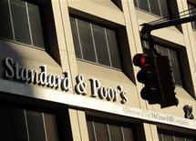 <p>L'agence de notation Standard & Poor's a abaissé les notes de cinq banques espagnoles mais n'a pas modifié celle des deux principales banques du pays, Santander et BBVA. L'agence américaine a abaissé les notes de Bankia, Bankinter, Banco Popular, Banca Civica et Banco Financiero Y De Ahorros. /Photo d'archives/REUTERS/Brendan McDermid</p>