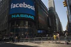 <p>Foto de archivo de las afueras del mercado Nasdaqu durante el comienzo de la oferta pública de acciones de Facebook en Nueva York, mayo 18 2012. Las acciones de Opera Software se disparaban más de un 20 por ciento el martes por los rumores de que Facebook Inc estaba en negociaciones para adquirir la empresa, pero analistas dijeron que la competencia de Google y otros podría impulsar el precio de cualquier compra por sobre los 1.000 millones de dólares. REUTERS/Keith Bedford</p>