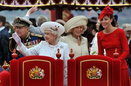 Britain's Queen Elizabeth (2nd L) waves, with Prince Philip (L), Camilla, Duchess of Cornwall (2nd R) and Catherine, Duchess of Cambridge, from the Spirit of Chartwell during the Diamond Jubilee River Pageant on the River Thames, in London June 3, 2012. REUTERS/John Stillwell/Pool