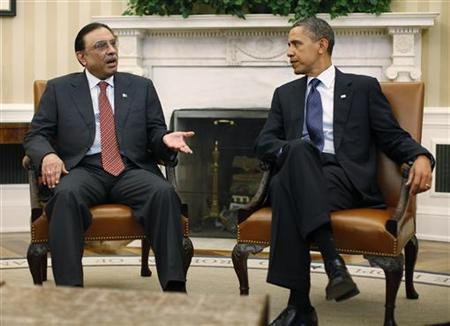 U.S. President Barack Obama (R) meets with Pakistan's President Asif Ali Zardari in the Oval Office of the White House in Washington, January 14, 2011. REUTERS/Jason Reed