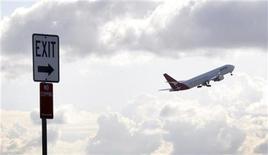 <p>Qantas Airways prévoit de subir sur l'exercice 2011-2012 sa première perte nette annuelle depuis sa privatisation en 1995, la compagnie aérienne australienne citant les mauvais résultats de ses activités à l'international, une faiblesse de la demande et l'envolée des coûts du kérosène. /Photo d'archives/REUTERS/Tim Wimborne</p>
