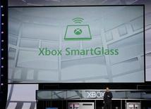 """<p>Microsoft a dévoilé à l'E3 (Electronic Entertainment Expo), le salon annuel du jeu vidéo de Los Angeles, la technologie """"SmartGlass"""", qui permet de connecter sa console de jeux vidéo Xbox aux smartphones et tablettes. /Photo prise le 5 juin 2012/REUTERS/Fred Prouser</p>"""