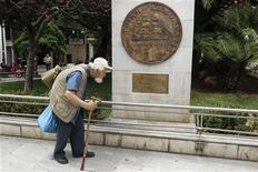 """<p>Une réplique de la drachme devant l'hôtel de ville à Athènes. Selon le responsable de la gestion taux et crédit chez Edmond de Rothschild Investment Managers (Edrim), en cas de rejet du plan de sauvetage de la Troïka lors des législatives du 17 juin, la Grèce alors en situation de quasi faillite, pourrait avoir recours à un autre type de dette, des """"I.O.U."""", qui fonctionnerait comme une """"monnaie parallèle"""" à l'euro et permettrait à Athènes de payer ses fournisseurs. /Photo prise le 21 mai 2012/REUTERS/Yorgos Karahalis</p>"""