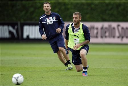 Italy's Daniele De Rossi (R) and Antonio Cassano run for the ball during a training session in preparation for Euro 2012, in Coverciano, near Florence, June 4, 2012. REUTERS/Giampiero Sposito