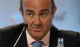 <p>Le ministre espagnol de l'Economie Luis de Guindos a déclaré mercredi que l'Espagne n'avait pas l'intention de solliciter un plan d'aide international pour ses banques dans l'immédiat et qu'elle attendait pour prendre une décision les résultats de l'audit de son secteur bancaire. /Photo prise le 31 mai 2012/REUTERS/Gustau Nacarino</p>