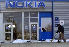 <p>Nokia a dévoilé mercredi ses premiers smartphones d'entrée de gamme équipés d'un grand écran tactile, des modèles dont les marchés émergents sont friands. /Photo d'archives/REUTERS/Laszlo Balogh</p>