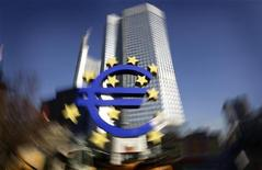 <p>La Banque centrale européenne (BCE) n'a pas modifié ses taux directeurs mercredi, décision sans surprise pour des observateurs qui se demandent surtout si l'institut d'émission est susceptible de reprendre ses achats d'obligations souveraines et quels seront ses mots à l'égard de l'Espagne. /Photo prise le 17 janvier 2012/REUTERS/Kai Pfaffenbach</p>