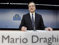 <p>Le président de la Banque centrale européenne (BCE) Mario Draghi a déclaré mercredi qu'il ne revenait pas à la BCE de compenser l'inaction d'autres institutions, laissant ainsi entendre que de nouvelles opérations de refinancement à long terme (LTRO) n'étaient pas à l'ordre du jour. /Photo prise le 6 juin 2012/REUTERS/Alex Domanski</p>