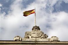 <p>Confrontée à l'envolée de ses coûts de financement et fragilisée par les menaces qui pèsent sur son système bancaire, l'Espagne teste les marchés jeudi en proposant aux investisseurs de 1,25 à 2,5 milliards d'euros d'obligations de trois maturités différentes. /Photo d'archives/REUTERS/Andrea Comas</p>