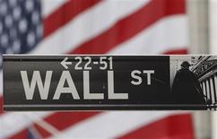 <p>Wall Street a ouvert en hausse jeudi, portée par une baisse surprise des taux en Chine et l'espoir de mesures de soutien à l'économie en Europe et aux Etats-Unis. Dans les premiers échanges, le Dow Jones gagnait 0,44%, le Standard & Poor's 0,55% tandis que le composite du Nasdaq prenait 0,96%. /Photo d'archives/REUTERS/Chip East</p>