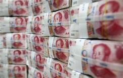 <p>La banque centrale chinoise (PBOC) a annoncé jeudi une baisse surprise d'un quart de point de ses taux directeurs, signe de sa volonté de donner un coup de pouce à une économie qui montre des signes de ralentissement de plus en plus nets. /Photo d'archives/REUTERS/Lee Jae-Won</p>