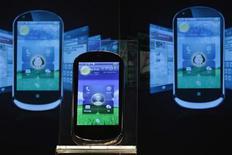<p>Un modèle LePhone de Lenovo. Les grands fabricants de semi-conducteurs entendent investir le segment des puces bon marché pour répondre à la demande croissante de smartphones d'entrée de gamme à moins de 1.000 yuans (125 euros) en Chine. /Photo d'archives/REUTERS/Tyrone Siu</p>