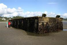 <p>Un énorme ponton de 20 mètres de long qui s'était détaché lors du tsunami qui a frappé le Japon l'an dernier s'est échoué mardi sur une plage de l'Oregon. /Photo prise le 6 juin 2012/REUTERS/Oregon Parks and Recreation Department</p>