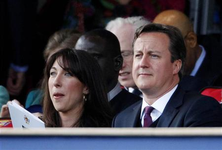 Prime Minister David Cameron and his wife Samantha watch during the Diamond Jubilee concert in front of Buckingham Palace in London June 4, 2012. REUTERS/Dave Thompson/pool