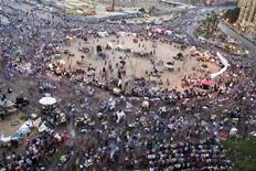 <p>Imagen de archivo de un grupo de manifestantes durante una protesta en la plaza Tahrir en El Cairo, jun 8 2012. La especulación sobre la salud de Hosni Mubarak ha atraído a los egipcios desde que fue enviado a la cárcel para cumplir una sentencia de cadena perpetua, como un recordatorio de que su legado aún persiste en el país más poblado del mundo árabe, días antes de una segunda vuelta electoral para elegir a su sucesor. REUTERS/Suhaib Salem</p>