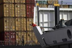 <p>L'excédent commercial de la zone euro est ressorti à 5,2 milliards d'euros en avril, contre un déficit de 4,5 milliards il y a un an et une prévision moyenne des économistes de 3,0 milliards. /Photo d'archives/REUTERS/John Kolesidis</p>