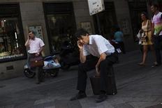 <p>Dans une rue de Madrid. Les opérateurs espagnols de téléphonie mobile ont perdu un nombre record de clients en avril, la récession dans laquelle est plongée l'Espagne pesant sur les dépenses des ménages. Selon le régulateur espagnol des télécoms, 380.000 personnes ont renoncé à leur téléphone portable en avril, qui constitue le troisième mois consécutif de baisse en la matière. /Photo prise le 11 juin 2012/REUTERS/Susana Vera</p>
