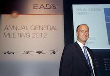 <p>Tom Enders, le nouveau président exécutif d'EADS. D'après les syndicats, le groupe d'aéronautique et de défense compte lancer le regroupement de ses fonctions de ressources humaines et de finances avec celles de sa filiale Airbus à partir du 1er janvier 2013. /Photo prise le 31 mai 2012/REUTERS/Paul Vreeker/United Photos</p>