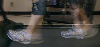 <p>Des scientifiques britanniques ont mis au point un dispositif qui convertit le mouvement du corps en électricité, afin d'alimenter de petits appareils électroniques comme des GPS ou des pacemakers. /Photo d'archives/REUTERS/Andy Clark</p>