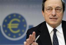 <p>Le président de la Banque centrale européenne Mario Draghi a déclaré que l'institution monétaire apporterait son soutien à toutes les banques viables de la zone euro qui se retrouveraient en difficulté. Il a souligné la détérioration de l'économie de la zone euro en insistant sur l'absence de risques inflationnistes. /Photo prise le 6 juin 2012/REUTERS/Alex Domanski</p>