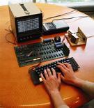 <p>Un modèle rare d'ordinateur Apple I datant de 1976 et toujours en état de marche a atteint la somme de 374.500 dollars vendredi lors d'une vente aux enchères de Sotheby's, soit plus de 500 fois son prix de vente à l'époque. Outre son clavier et ce qui ressemblait plus à une carte-mère qu'à un ordinateur tel que nous les connaissons aujourd'hui, l'appareil était accompagné de son lecteur de cassette d'origine et de son manuel d'utilisation et d'instruction en langage informatique BASIC. Par contre, comme à l'époque pour tout Apple I acheté, aucun écran ni cordon d'alimentation n'était fourni. /Photo d'archives/REUTERS/Sotheby's</p>
