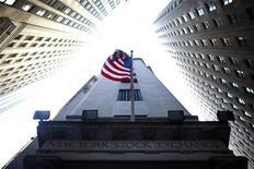 <p>Analystes et gérants de portefeuilles estiment que les investisseurs seront focalisés lundi sur l'issue des élections grecques de dimanche, qui auront indubitablement pour conséquence d'accroître la volatilité sur les marchés américains. /Photo prise le 15 juin 2012/REUTERS/Eric Thayer</p>