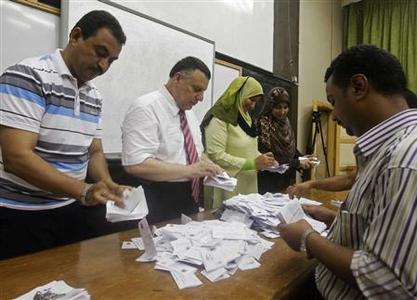 Electoral workers count ballots during the second day of voting in Egypt's presidential election, at a polling station in Cairo June 17, 2012. REUTERS/Asmaa Waguih